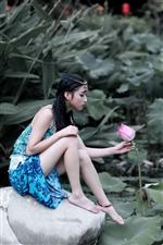 美女湖畔写真,清纯动人!