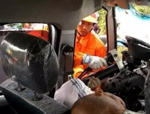 """惊魂...荆门一皮卡与货车相撞,车头被撞成""""纸片""""全毁,司机被困无法动弹"""