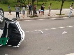 富顺躺了辆小轿车,看样子起飞又失败了啊?