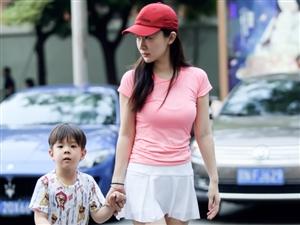 北京路人街拍,让人羡慕的宝妈运动风穿搭风很赞