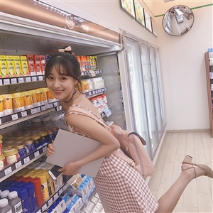 在超市里拿了两个冰激凌,忍不住想要吃的可爱女孩!