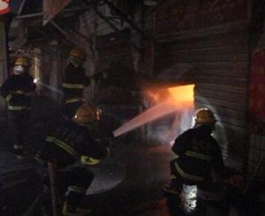 钟祥市一店铺凌晨突然起火