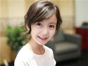她年仅8岁却美似仙女