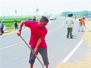男子霸占公路晒小麦砸车伤人被罚款一万元