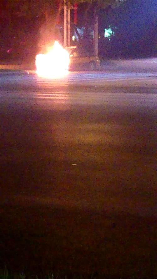 【视频】广饶国美商场十字路口附近一辆出租车着火了