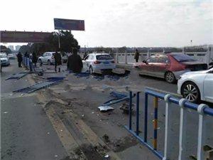 c07彩票一轿车撞上隔离栏,车头受损严重