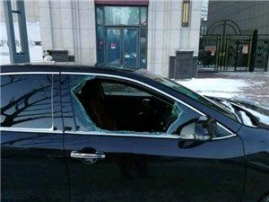 昨晚,万达华府小区门口外,9台车被砸!咋回事??