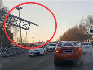 永安立交桥,桥口那个测速水泥大杆子倒了!早晨堵车了,大家注意!!