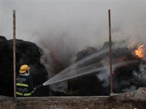 电焊操作不慎引燃千斤稻草消防保住30余头牛