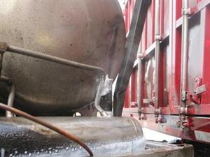 两货车发生车祸导致车用天然气储罐泄漏