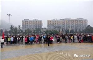 今天,几百人在筠连大街上奔跑,交警居然还给他们维持秩序!