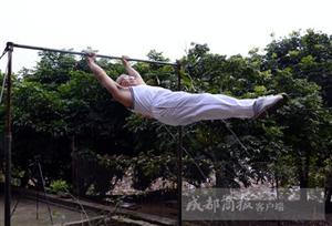 院坝里搭起单双杠,富顺64岁农村大爷成健身达人