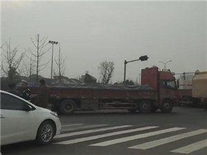 李家巷大道发生车辆碰撞