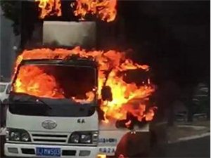刚刚,阜宁上海路一车起火,火势凶猛