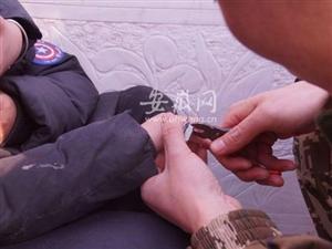 萧县一男童过新年走亲戚时手指竟被铁环套