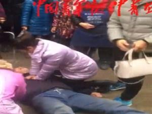 老人晕倒路边;休产假女护士跪地救人后悄然离去