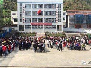 筠连廉溪小学的学生们抱着头往教室外跑,这是在干嘛?