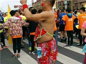 宜宾长宁马拉松比赛现场,肚兜、铁锅、斗笠成功抢镜,狗狗也来参赛了!