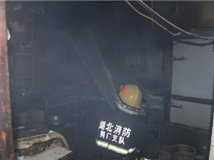 白云大道餐馆烟囱起火,原因竟是陈年油垢引起
