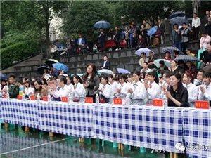 """一群筠连人""""经典""""的演绎,很多市民冒雨也要观看!"""