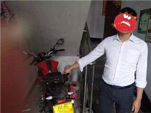 男子偷摩托被围