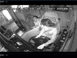 泸州一女子公交车上突然瘫倒