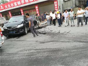 富顺两路口车祸!车头撞得稀烂,安全气囊打开,司机受伤・・・・・・