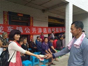 """谁""""吞""""了低保户的补贴款?泸州村民领到10多年前5000余元补贴款"""
