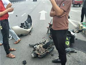 车祸!富顺二环一辆摩托车撞的稀啪烂!