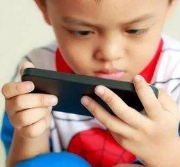 现在的小孩子不沉迷电脑游戏了,改成手机了!