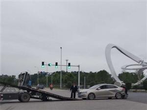 爱飞客路口发生的一幕...车后面都被撞凹...