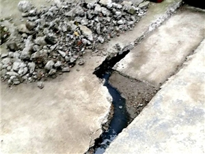 漳河福寿巷,下水道里的水,污水横流,臭气...
