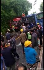 宜宾大货弯道撞两客车,货车司机当场死亡!