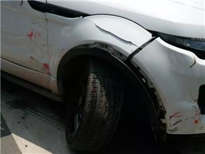 富顺谷草山小区发生车祸,两私家车相撞