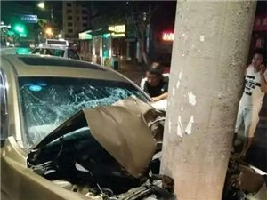 凌晨4点,宜宾火车站一小车冲向电线杆,被撞稀巴烂!