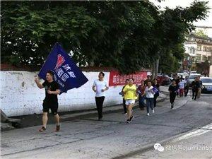 筠连沐爱街上跑来一大群人,摇旗呐喊把沐爱镇都轰动了!