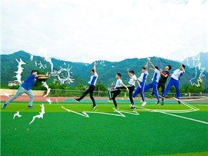 泸州:毕业季学生创意毕业照诠释如诗青春