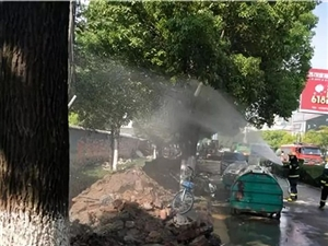 荆门一地发生天然气管道泄漏事故,街边散发刺鼻气味,消防紧急处置