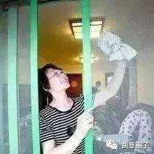 清洗纱窗不用拆,只要用上这个,2分钟洁净如新!