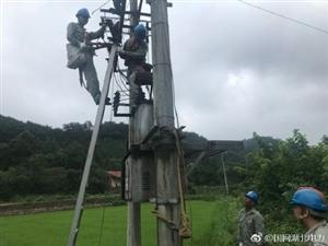 国网荆门供电公司高新区供电中心员工冒雨更换10千伏栗15栗南线马集2号台区熔断器。