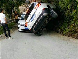 没想到黔江还有这种开车的师傅,都开到墙上去了