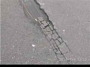 网友反映,仁寿这街上电线裸露,就泡在水里。太危险了!!