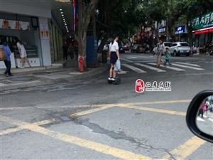 这位脚踩平衡车的女士马路上逆行,这样真的安全吗?