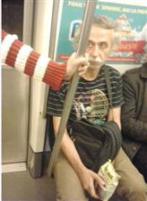 在地铁上看到一位面熟的老爷爷,貌似是个非常了不起的人呢