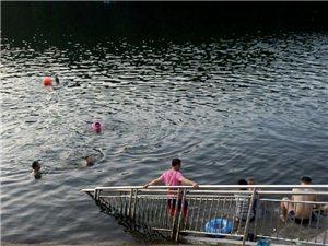 五峰水库好多人在游泳,忘了前车之鉴