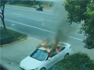 昨天林城门口一轿车突然自燃