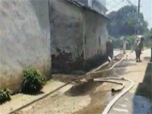 固塘斗一民房起火,屋顶被烧毁