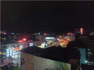 夜幕下的商城,眼睛看到的�是最美的,拍�z出�淼恼掌��是少了些什么