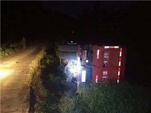 """六安一货车凌晨侧翻路边农田!驾驶员称是为躲避路中央的""""白衣女子"""""""