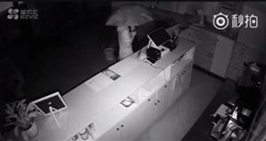 """万达广场金街一奶茶店,凌晨3点55分来了一""""戏精""""小?#25285;?#36827;门偷盗为遮蔽监控录像"""